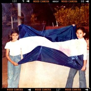 Claudia y yo en un acto sandinista en Colonial Los Robles. 1980 o1981