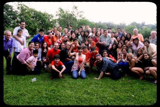 Foto el dia del encuentro, el 22/6/13, apurados nos reunimos para la foto con los ultims rayos del sol mientras nos caía una suave brisa despues de un aguacero que boto las ramas de un árbol