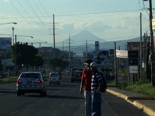Vista del Momotombo entrando a Managua por Carretera a Masaya
