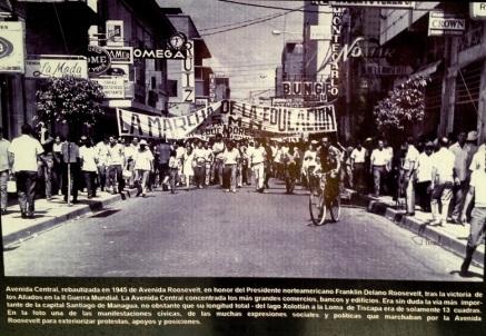 Manifestación en la Avenida Roosevelt, bautizada así en 1954 en honor al presidente Franklin Delano Roosevelt tras la victoria de los aliados en el II Guerra Mundial