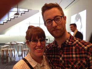 Visitantes al museo MOMA en New York. Ambos trabajan en un circo. A ella le gusta mucho el look de él. Fotografía del 2014