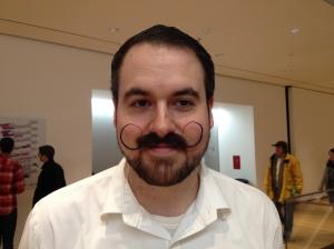 Mesero en el restaurante del Museo MOMA en New York. Se deja el bigote porque le gusta.  Fotografía del 2014.