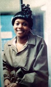 Muchacha trabajadora en un edificio de estacionamiento en Miami. Foto de 1993 / Mujer Urbana