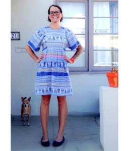 La bloguera Lisa Congdon  con un traje modelo vintage adaptado por ella misma.