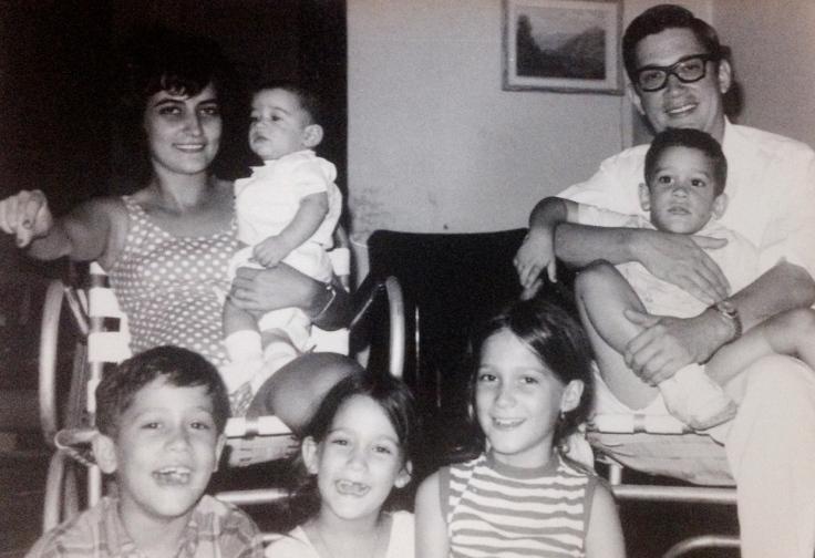 Pinita y Miguel con cinco de sus seis hijos. Ella carga en brazos a mi esposo.