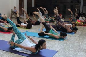 Que no te amedrente ver posturas avanzadas. Hacer yoga es jugar con tu cuerpo y vas a tu ritmo