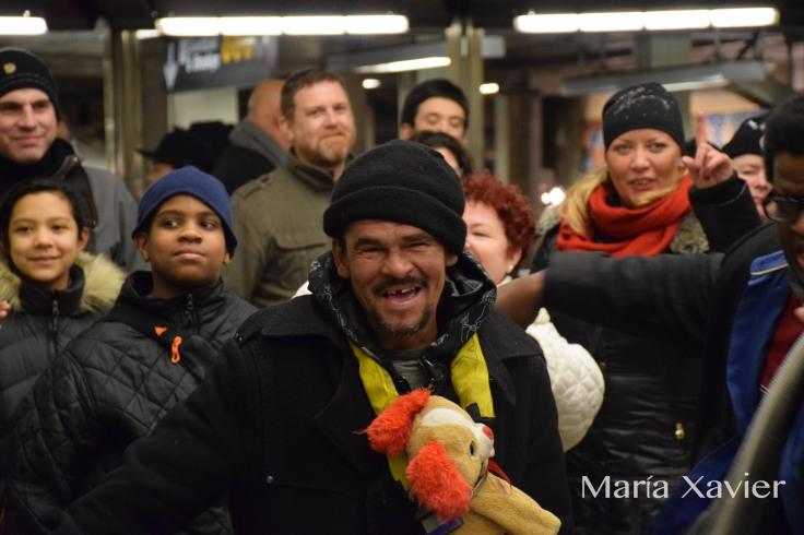 Bailó y cantó todo el concierto. Unas noches después le vimos por una de las calles de Broadway. Esa noche  hacía mucho frío y le rodeaban varios policías que medían varios centímetros más que él, estos le ponían una colcha encima y le decían que se protegiera. Debe ser un personaje popular en la zona.